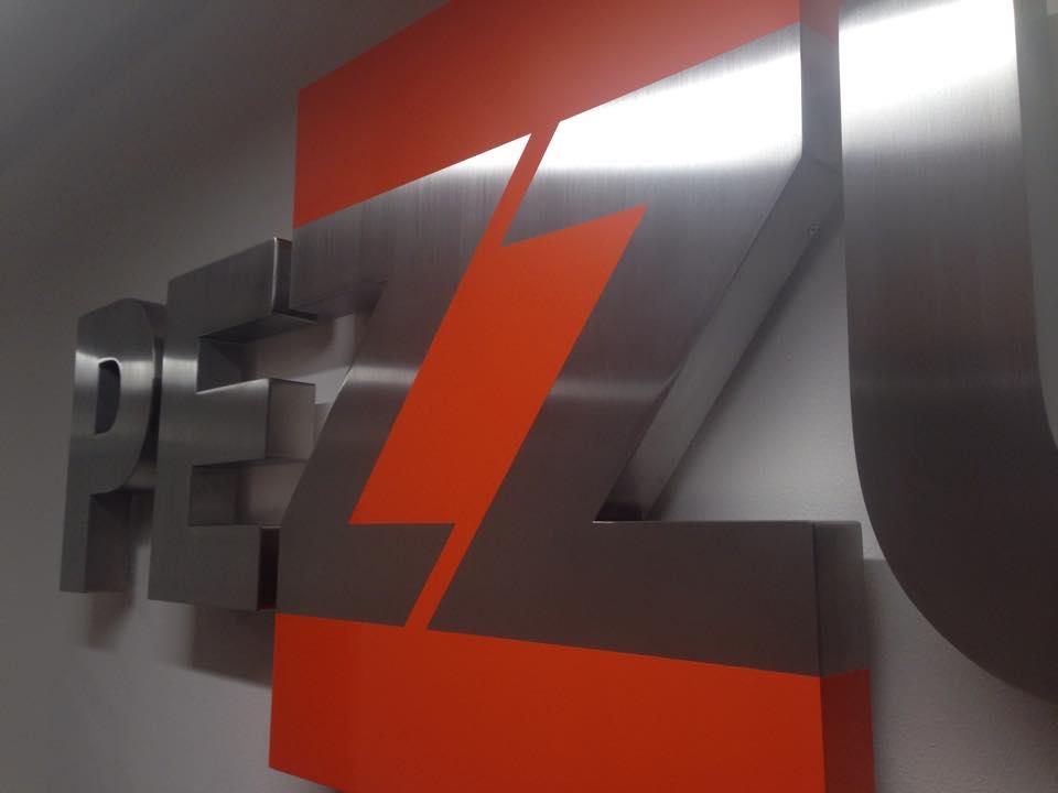Insegna a lettere scatolate in acciaio spazzolato Pezzutti Group