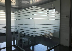 Decorazione vetrate uffici con pvc effetto sabbiato